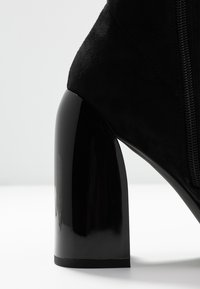 NA-KD - TIGHT SHAFT BLOCK BOOTIES - Ankelboots med høye hæler - black - 2