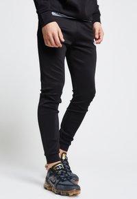 SIKSILK - ILLUSIVE LONDON  - Pantalones deportivos - black - 0
