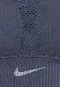 Nike Performance - INDY SEAMLESS BRA - Sujetadores deportivos con sujeción ligera - diffused blue/white - 2