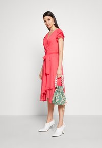 DKNY - TRIPLE LAYER SLEEVE V-NECK WRAP MIDI - Hverdagskjoler - melon - 2