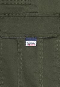 Tommy Jeans - SCANTON  PANT - Cargobyxor - dark olive - 2
