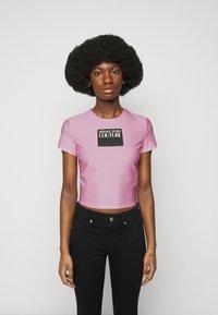Versace Jeans Couture - LADY - T-shirt z nadrukiem - pink confetti - 0