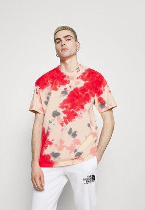 TEE  - T-shirt z nadrukiem - fusion red/orange pearl