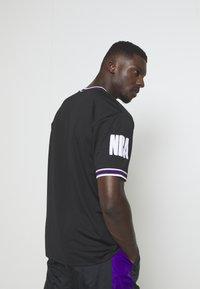 New Era - NBA LOS ANGELES LAKERS OVERSIZED APPLIQUE TEE - Print T-shirt - black - 2