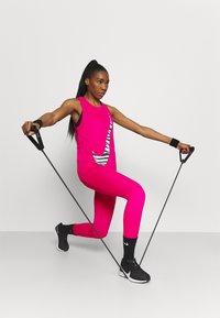 Nike Performance - DRY TANK ICON CLASH - Camiseta de deporte - fireberry - 1