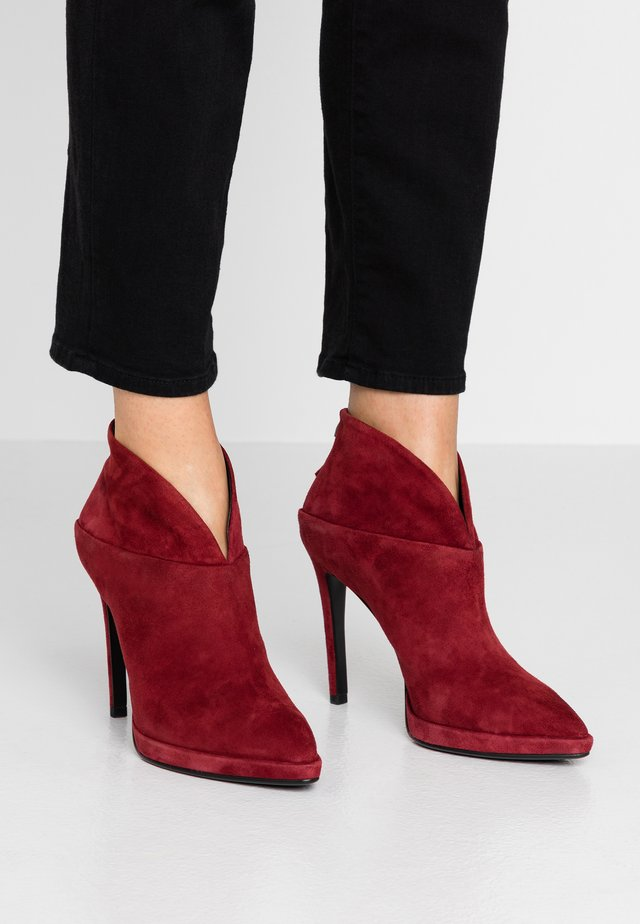 High heeled ankle boots - rojo
