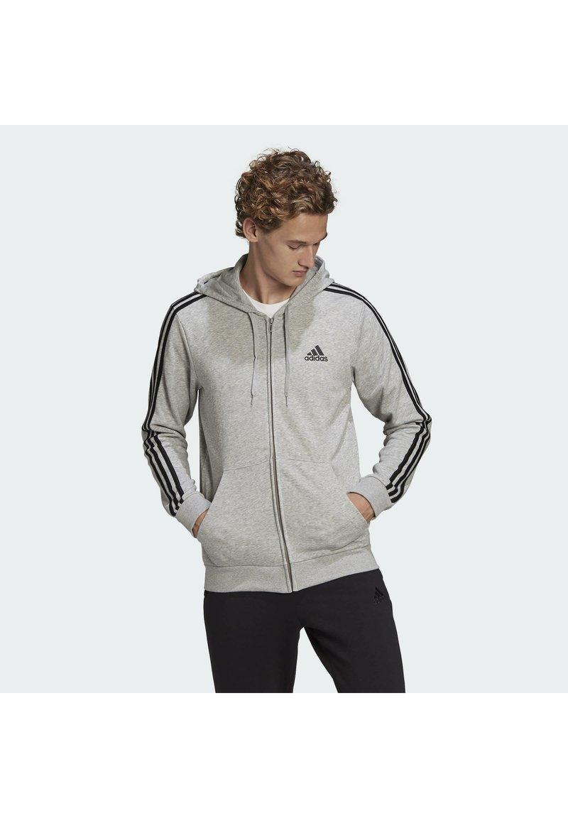 adidas Performance - ESSENTIALS FRENCH TERRY 3-STRIPES FULL-ZIP HOODIE - Felpa con zip - grey