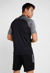 Nike Performance - T-shirt med print - black/wolf grey/anthracite - 2