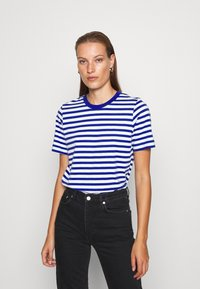 ARKET - T-shirts med print - blue bright - 0