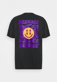Mennace - UNISEX MENNACE TWISTED  - T-shirt con stampa - black - 1