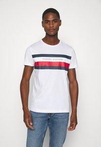 Tommy Hilfiger - STRIPE TEE - T-shirts print - white - 0