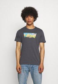 Levi's® - HOUSEMARK GRAPHIC TEE UNISEX - Print T-shirt - washed black - 0