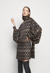 Victoria Beckham - BISHOP SLEEVE DETAIL MINI - Koktejlové šaty/ šaty na párty - dark navy/gold - 3