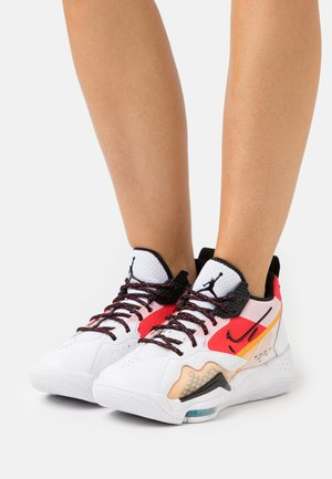 ZOOM '92 - Sneakersy wysokie - white/black/siren red/university gold