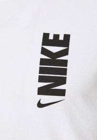 Nike Performance - DRY EXTRA BOLD TEE - Camiseta estampada - white - 7