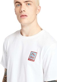 Timberland - OUTDOOR ARCHIVE GRAPHIC - Print T-shirt - white - 4