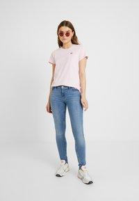 Levi's® - PERFECT TEE - T-shirt z nadrukiem - pink lady - 1