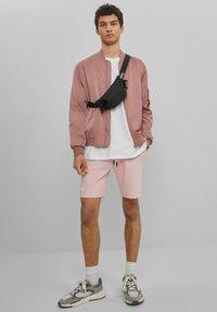 Bershka - MIT PRINT - Shorts - pink - 1