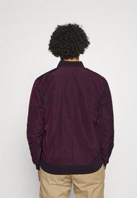 Burton Menswear London - CORE MILITARY - Bomber Jacket - burgundy - 2