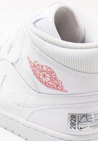 Jordan - AIR 1 MID - Sneakersy wysokie - white/university red/midnight navy - 5