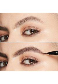 MAC - SHAPE & SHADE BROW TINT - Eyebrow pencil - stud - 5