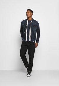 Hollister Co. - CREW STRIPES - T-shirt med print - navy vertical - 1