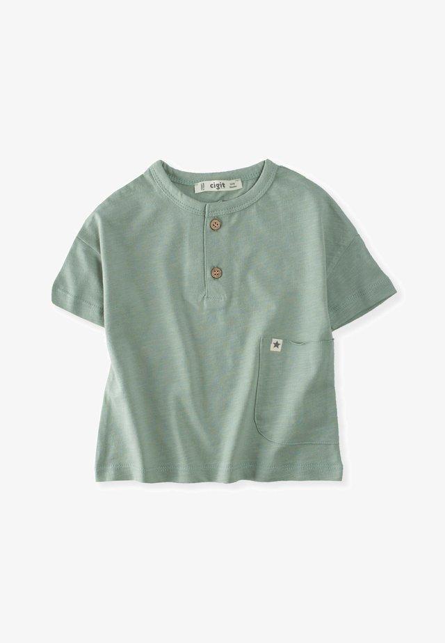 POCKET - T-shirt med print - metallic green