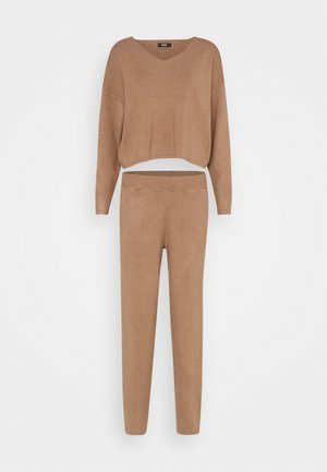 SET KNIT V-NECK AND PANT  - Sweter - camel