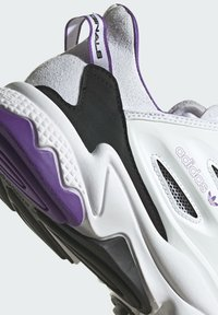 adidas Originals - OZWEEGO CELOX - Sneakers basse - white - 8