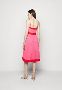 Milly - JILL PLEAT POLY DOBBY DRESS - Korte jurk - watermelon/coral - 2