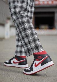 Jordan - AIR 1 MID - Sneakers hoog - white/gym red/black - 2
