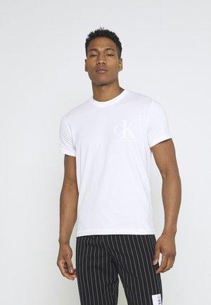 MATTE AND FLOCK MONOGRAM TEE UNISEX - Print T-shirt - bright white