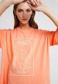 Monki - CISSI TEE  - T-shirts - orange - 4