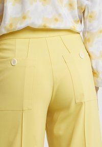 Lovechild - HARPER PANT - Trousers - banana - 4