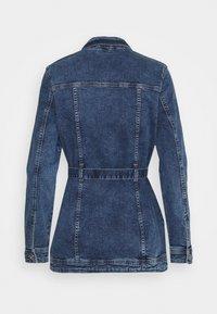ONLY - ONLTIA LIFE LONG BELT  - Veste en jean - light blue denim - 7