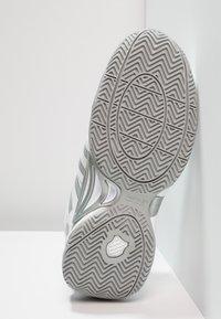 K-SWISS - ACCOMPLISH III - Tenisové boty na všechny povrchy - white/highrise - 4