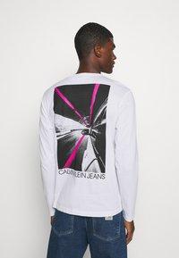Calvin Klein Jeans - CAR PHOTOPRINT TEE - Long sleeved top - bright white - 2
