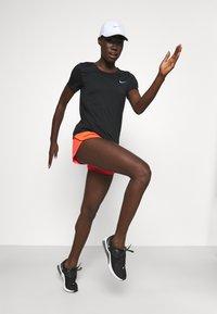 Nike Performance - TEMPO RACE SHORT - Pantaloncini sportivi - bright crimson/silver - 1
