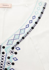 Triangle - T-SHIRT MIT ETHNO-STITCHING - Top - white embroidery - 2