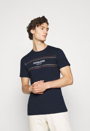 SHAKER TEE  - Print T-shirt - navy blazer