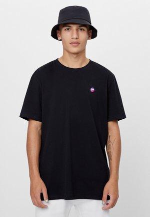 NISH MIT TEXTUR - Print T-shirt - black