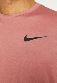 Nike Performance - DRY  - T-Shirt basic - canyon rust/rust pink/black - 5