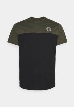 SPLICE LONGLINE SCOOP TEE - Print T-shirt - khaki