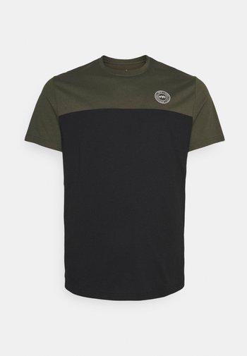 SPLICE LONGLINE SCOOP TEE - T-shirt med print - khaki