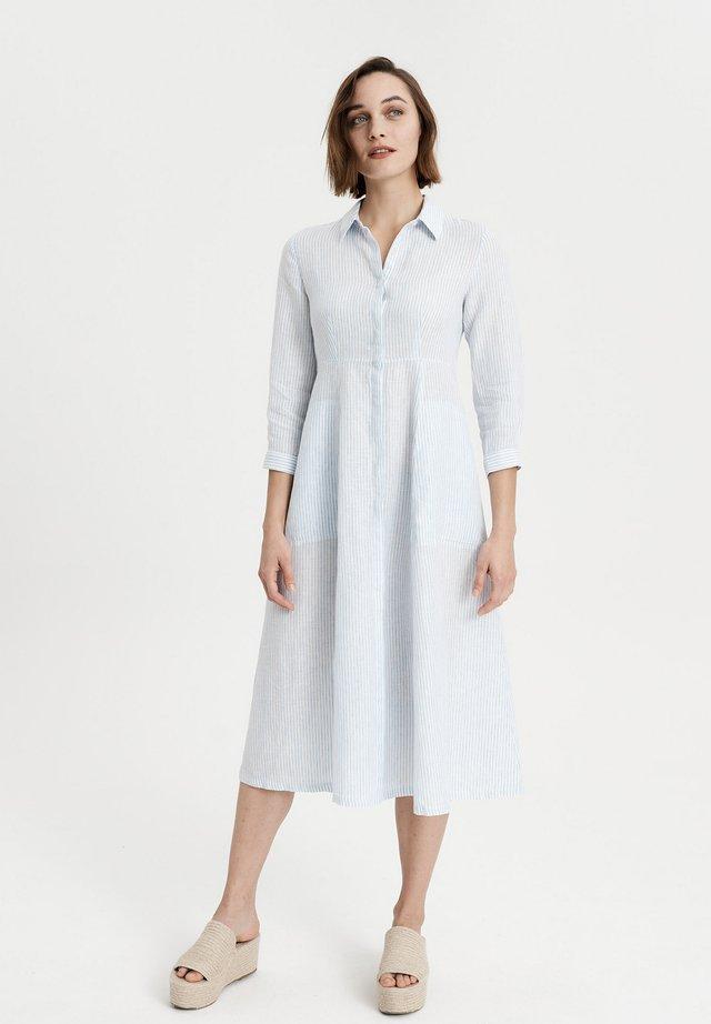 TAILLIERTES - Shirt dress - blau gestreift