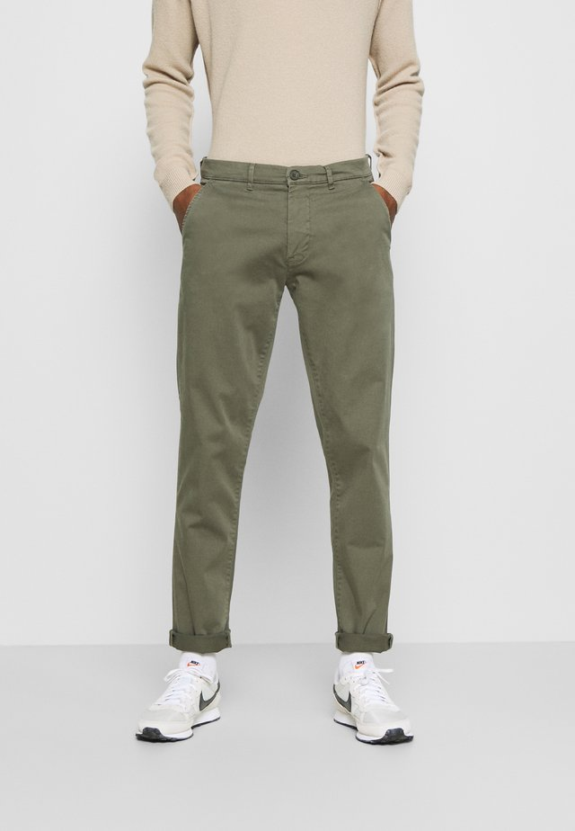 VIGGO - Pantalones chinos - grape leaf