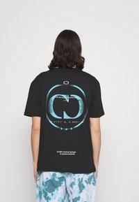 Criminal Damage - LOGO SPRAY TEE - T-shirt imprimé - black - 2