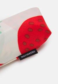 Marimekko - MINI MANUAL MANSIKKA UMBRELLA - Parasol - off white/red/green - 2