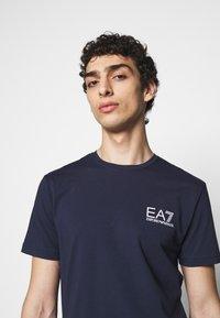 EA7 Emporio Armani - T-shirt med print - dark blue - 3