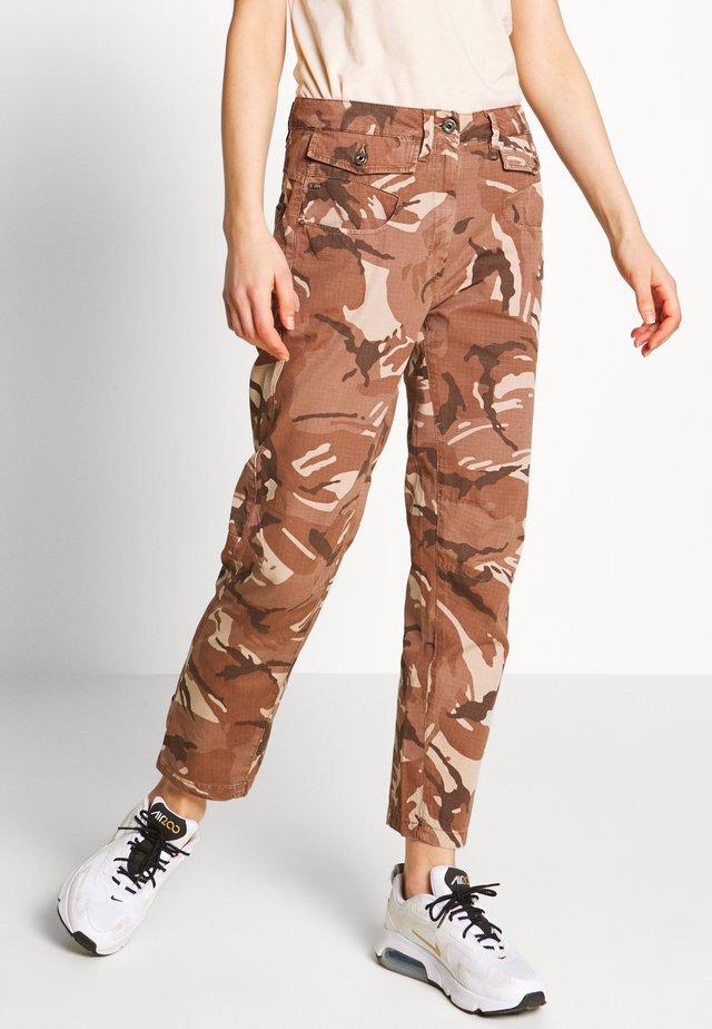 ARMY RADAR MID BOYFRIEND ANKLE - Kalhoty - soft taupe/chocolate berry ao